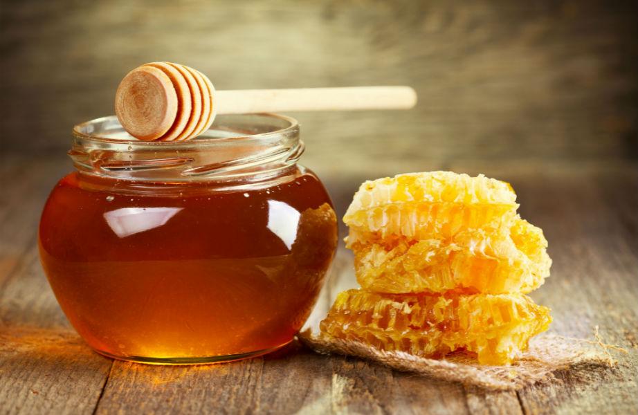Πλούσιο σε αντιοξειδωτικά, το μέλι ενυδατώνει και προστατεύει την επιδερμίδα σας.