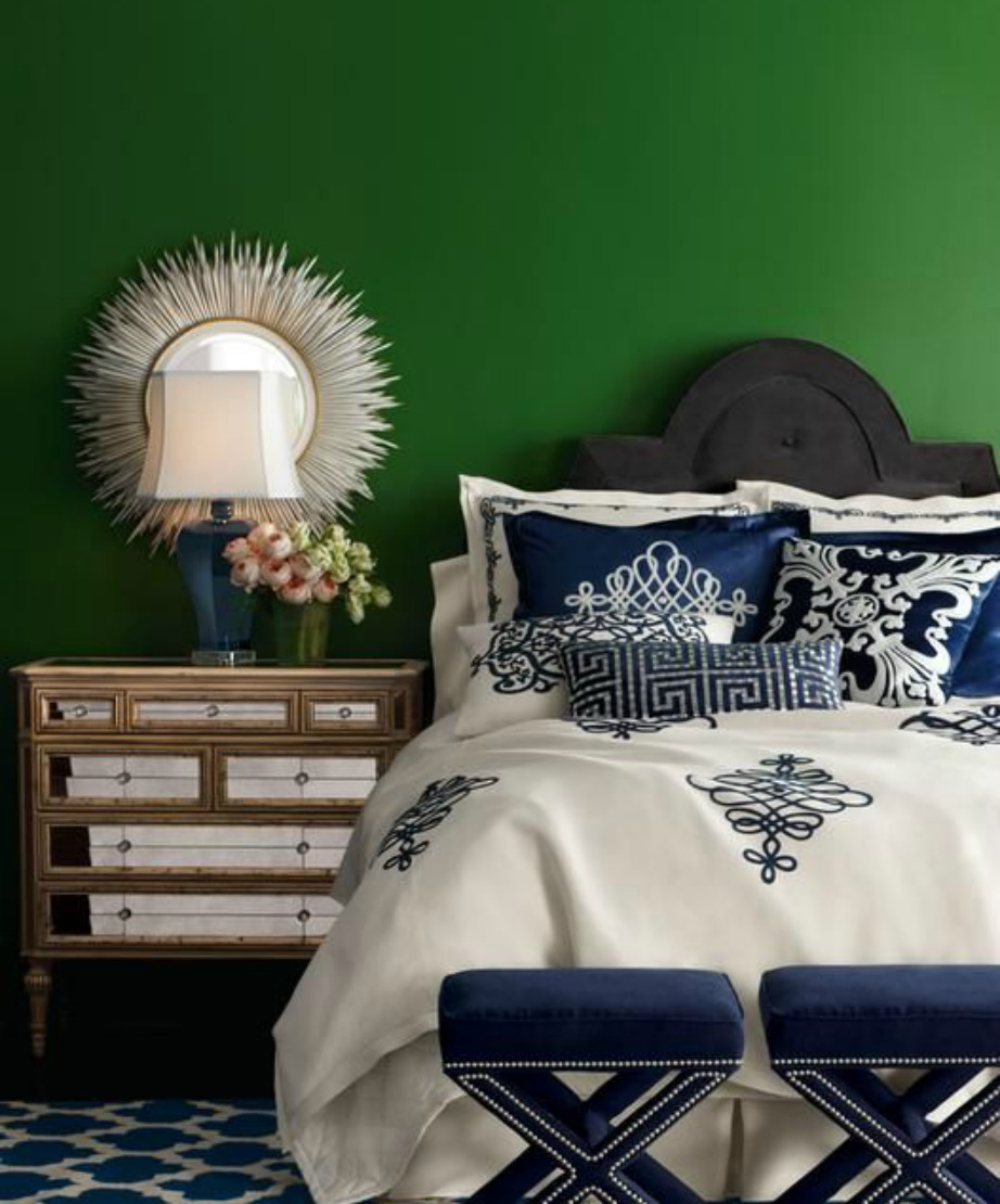 Το πράσινο χρώμα στους τοίχους μπορεί να διακοσμηθεί πιο εύκολα τα Χριστούγεννα με χρυσά διακοσμητικά, φωτάκια, στεφάνια και χριστουγεννιάτικα λουλούδια.