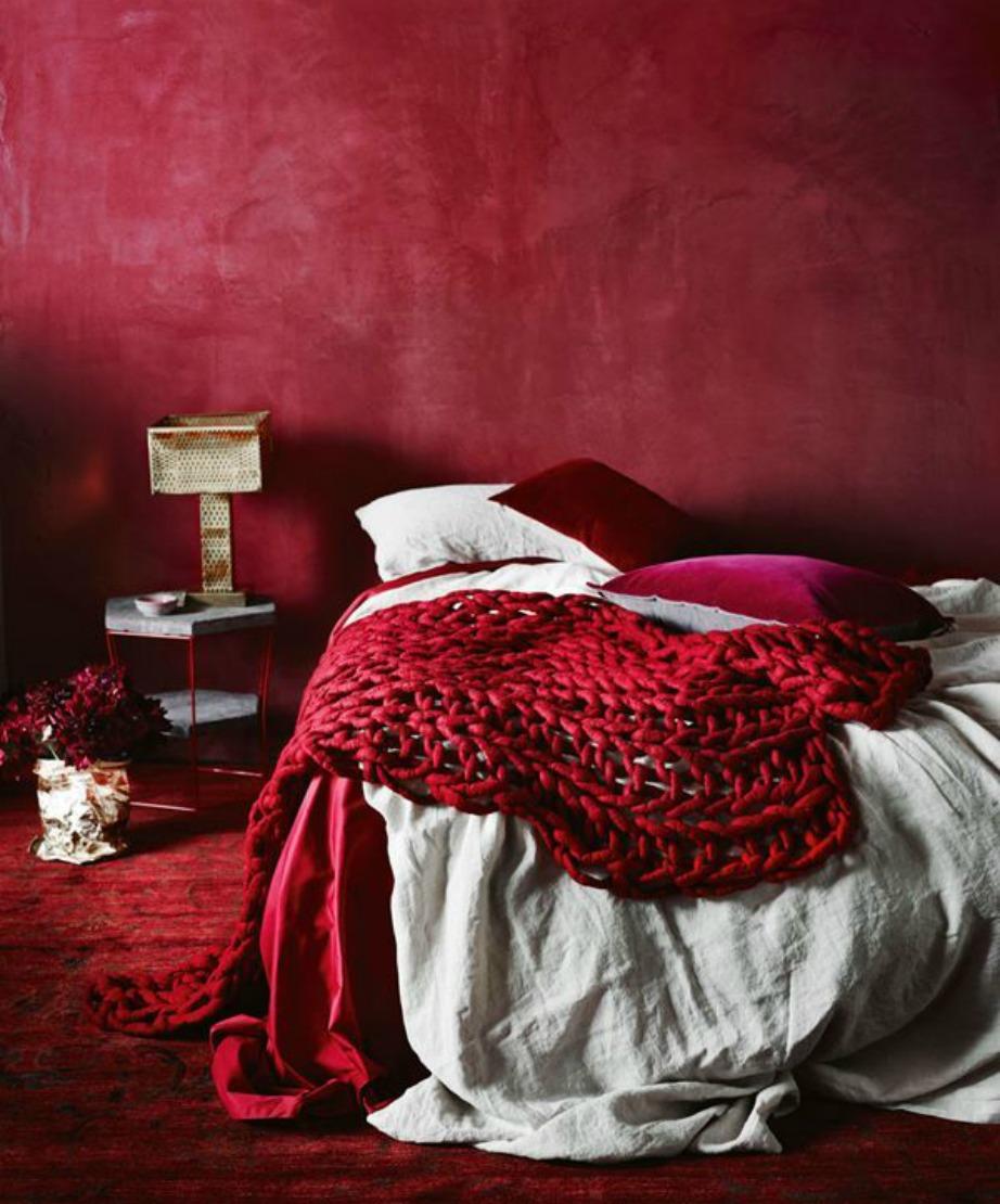 Βάλτε κόκκινο χρώμα στον τοίχο που είναι πίσω από το κρεβάτι σας. Τα Χριστούγεννα μπορείτε να τον στολίσετε με φωτάκια!