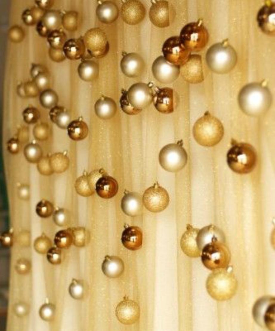 Κρεμάστε χρυσές μπάλες στην κουρτίνα σας για έξτρα πινελιά λάμψης και Χριστουγέννων.
