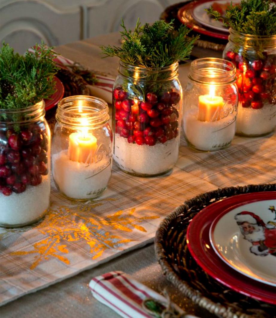 Μια όμορφη διακοσμητική πινελιά για τις γιορτές είναι τα βαζάκια με άμμο και χρυσά,πράσινα και κόκκινα στολίδια.