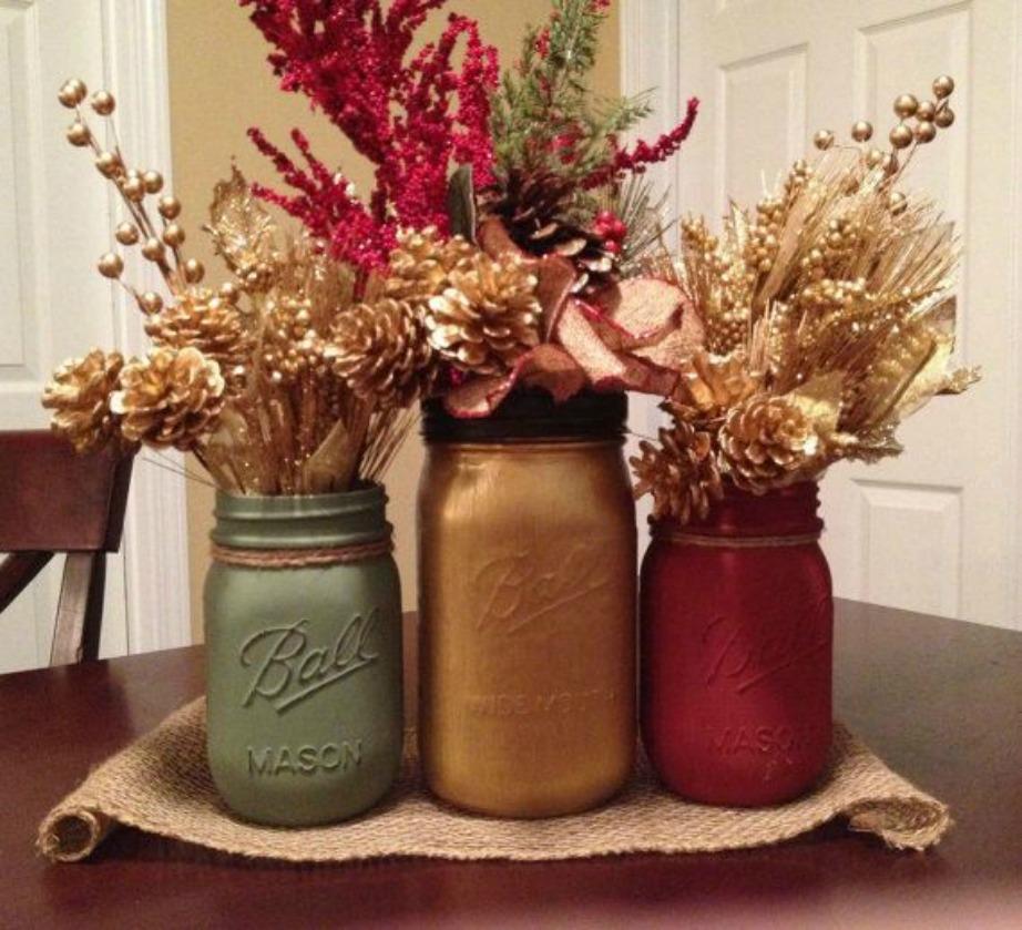 Προσθέστε στον χώρο σας διακοσμητικά σε χρυσό, πράσινο και κόκκινο για να δώσετε χριστουγεννιάτικη πινελιά στον χώρο σας. Αυτά τα τρία βαζάκια είναι βαμμένα στις ε βασικές χριστουγεννιάτικες αποχρώσεις και έχουν διακοσμηθεί με κουκουνάρια και άλλα χριστουγεννιάτικα και μη, λουλούδια.