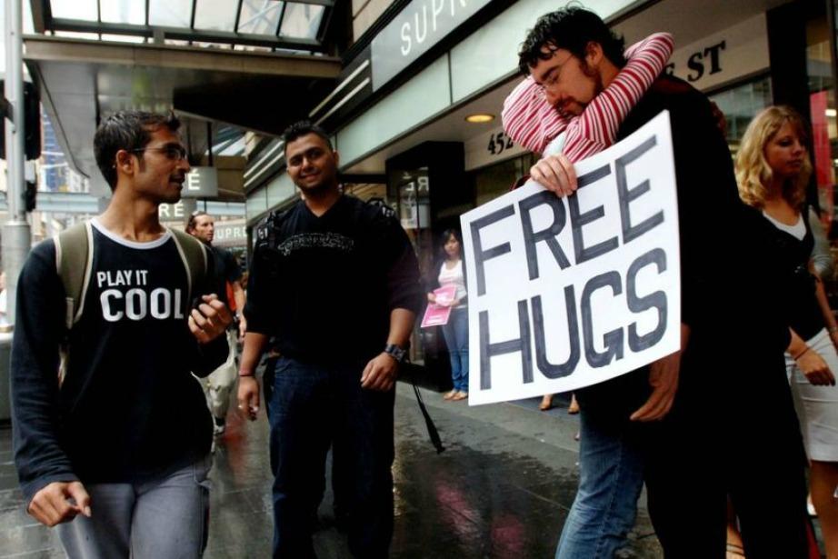 Αυτός είναι ο Juan Mann, ο άνθρωπος που ξεκίνησε να δίνει πρώτος 'Δωρεάν αγκαλιές'.