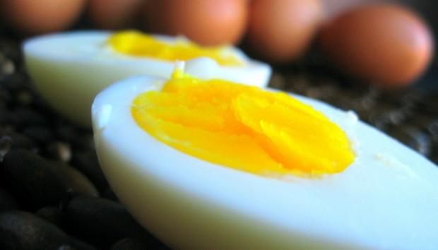 Τρικ: Τι να Κάνετε για να μην Σπάσει το Αυγό ενώ το Βράζετε