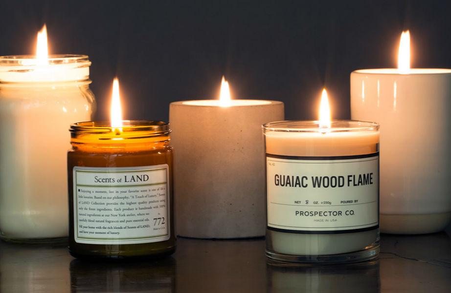 Τα κεριά φτιάχνουν ρομαντική ατμόσφαιρα.