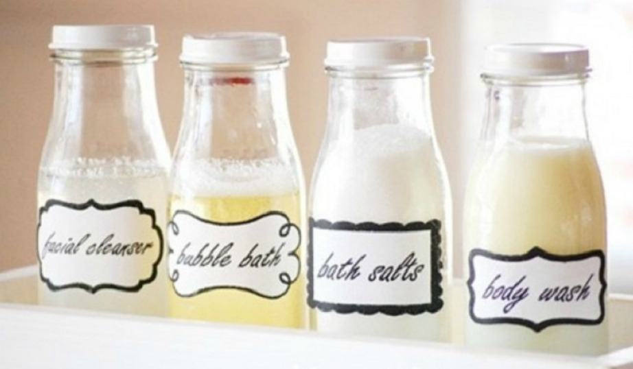 Βάλτε τα σαμπουάν και τα αφρόλουτρα μέσα σε όμορφα μπουκαλάκια.