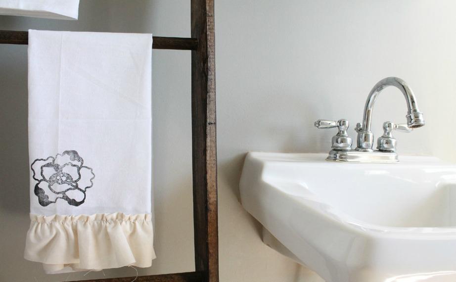 Χρησιμοποιήστε μια απλή ξύλινη ή μεταλλική σκάλα για να τοποθετήσετε πάνω τις πετσέτες σας. Βάψτε την σκάλα σας σε μια όμορφη απόχρωση για να προσθέσετε στιλ στο μπάνιο σας.