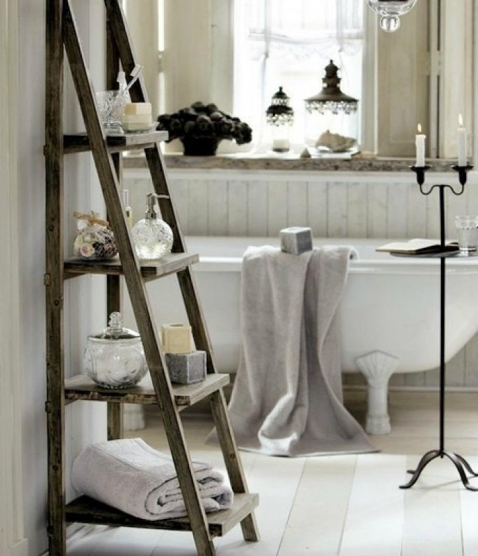 Καρφώστε πάνω στη σκάλα σας ξύλινες πλάκες για να φτιάξετε μια εναλλακτική ραφιέρα.