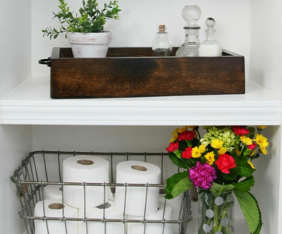 Τα λουλούδια προσθέτουν εύκολα στιλ σε έναν χώρο. Βάλτε φρέσκα λουλούδια σε ένα βάζο ή μια γλαστρούλα που θα βάψετε σε όμορφες αποχρώσεις που ταιριάζουν με τα χρώματα του μπάνιου σας.