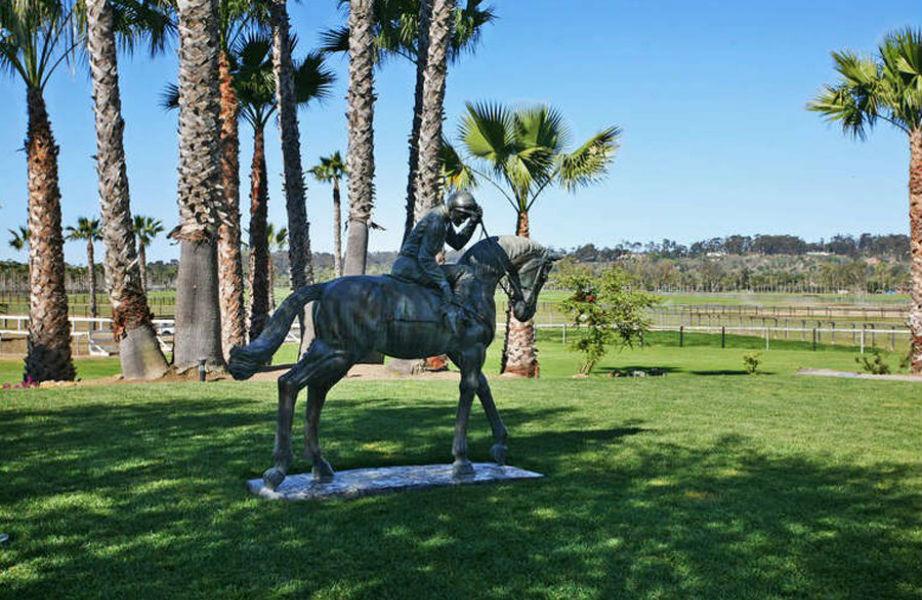 Το ράντσο διαθέτει αρκετά αγάλματα εμπνευσμένα από τις ιπποδρομίες.