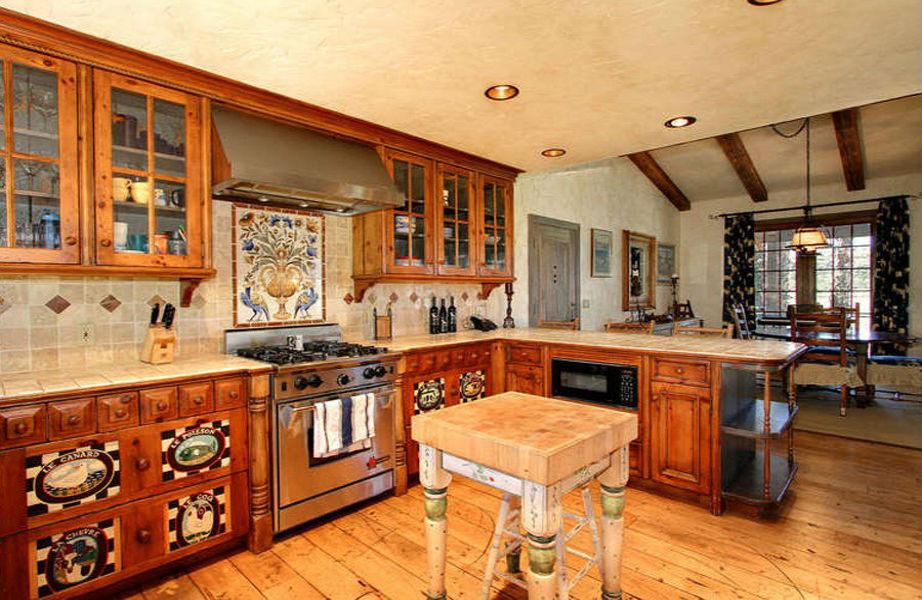 Η κουζίνα του ξενώνα ακολουθεί το στυλ της γαλλικής εξοχής...