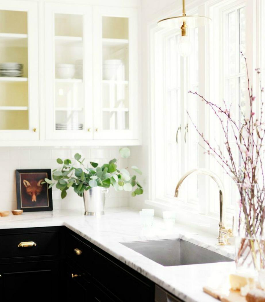 Ο συνδυασμός μαύρα ντουλάπια με λευκούς τοίχους δείχνει πολύ αριστοκρατικός.