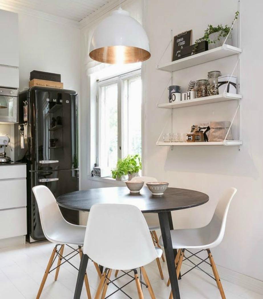 Αφήστε το λευκό χρώμα να κυριαρχήσει αν θέλετε ένα πιο φωτεινό αποτέλεσμα για την κουζίνα σας.