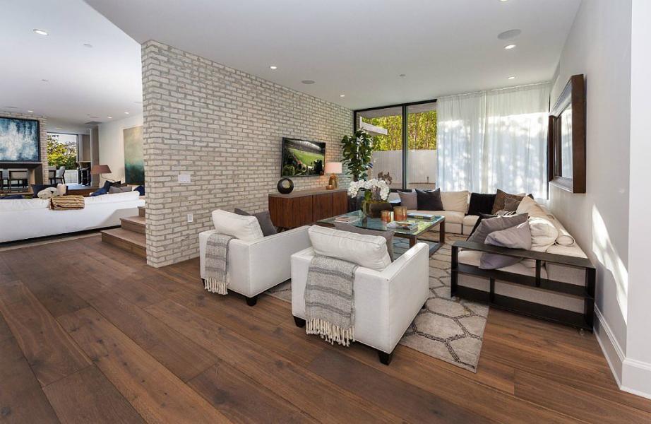 Το σπίτι διαθέτει όχι ένα αλλά τρία σαλόνια!