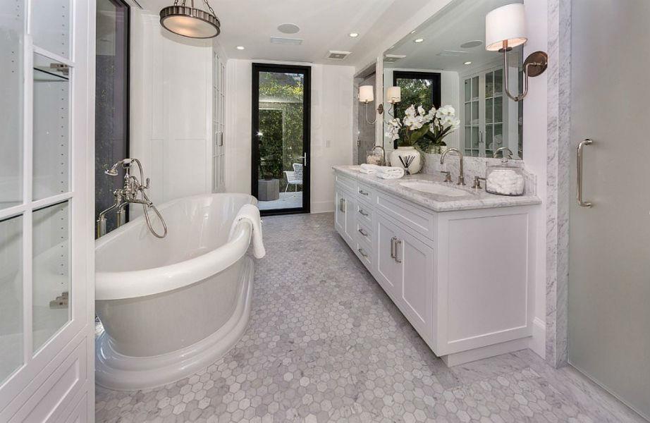 Το ολόλευκο μπάνιο του μάστερ υπνοδωματίου είναι απλά υπέροχο.