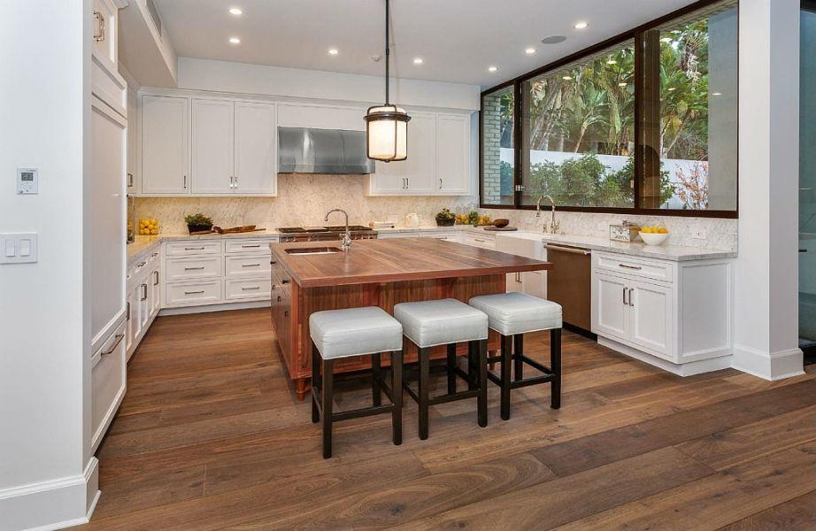 Το ξύλο κυριαρχεί στο χώρο και κάνει το σπίτι πιο ζεστό και φιλόξενο.