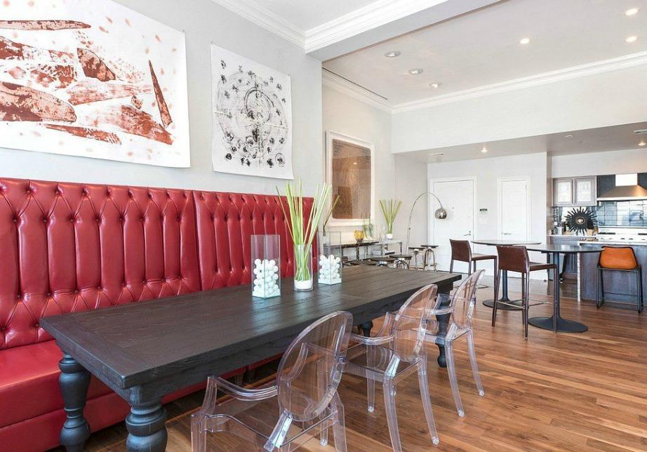Η τραπεζαρία με τι καρέκλες από πλεξιγκλάς.