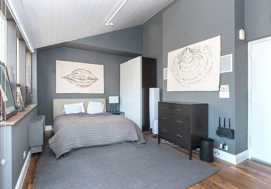 Στο δεύτερο υπνοδωμάτιο κυριαρχεί το γκρι χρώμα.