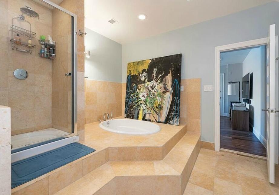 Το κυρίως μπάνιο του ρετιρέ μοιάζει με μίνι σπα.
