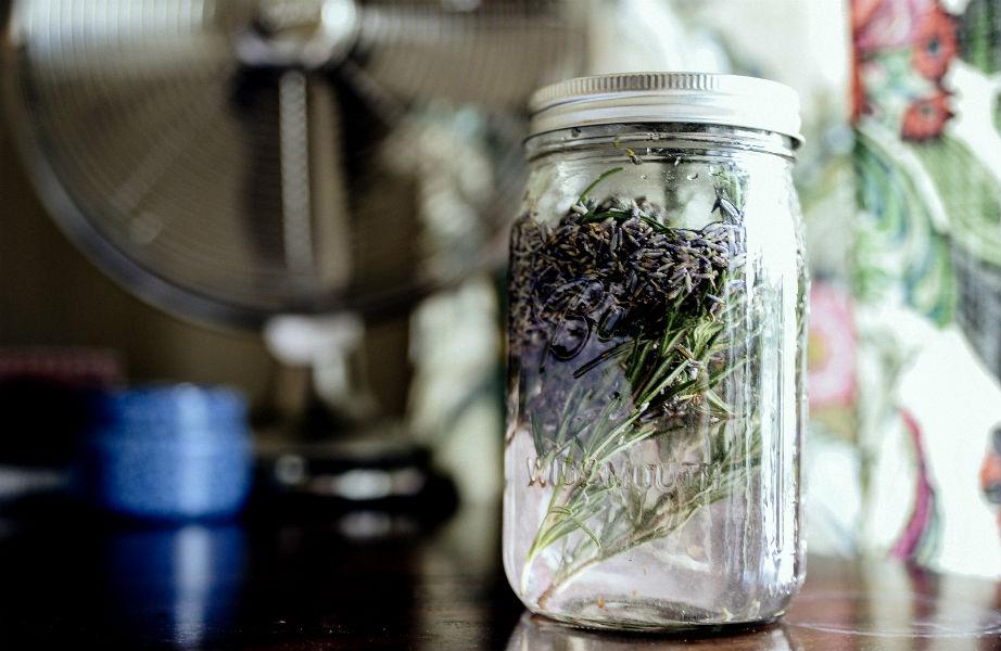 Ρίξτε λεβάντα στο λευκό ξίδι για να απαλλαγείτε από την έντονη μυρωδιά του.