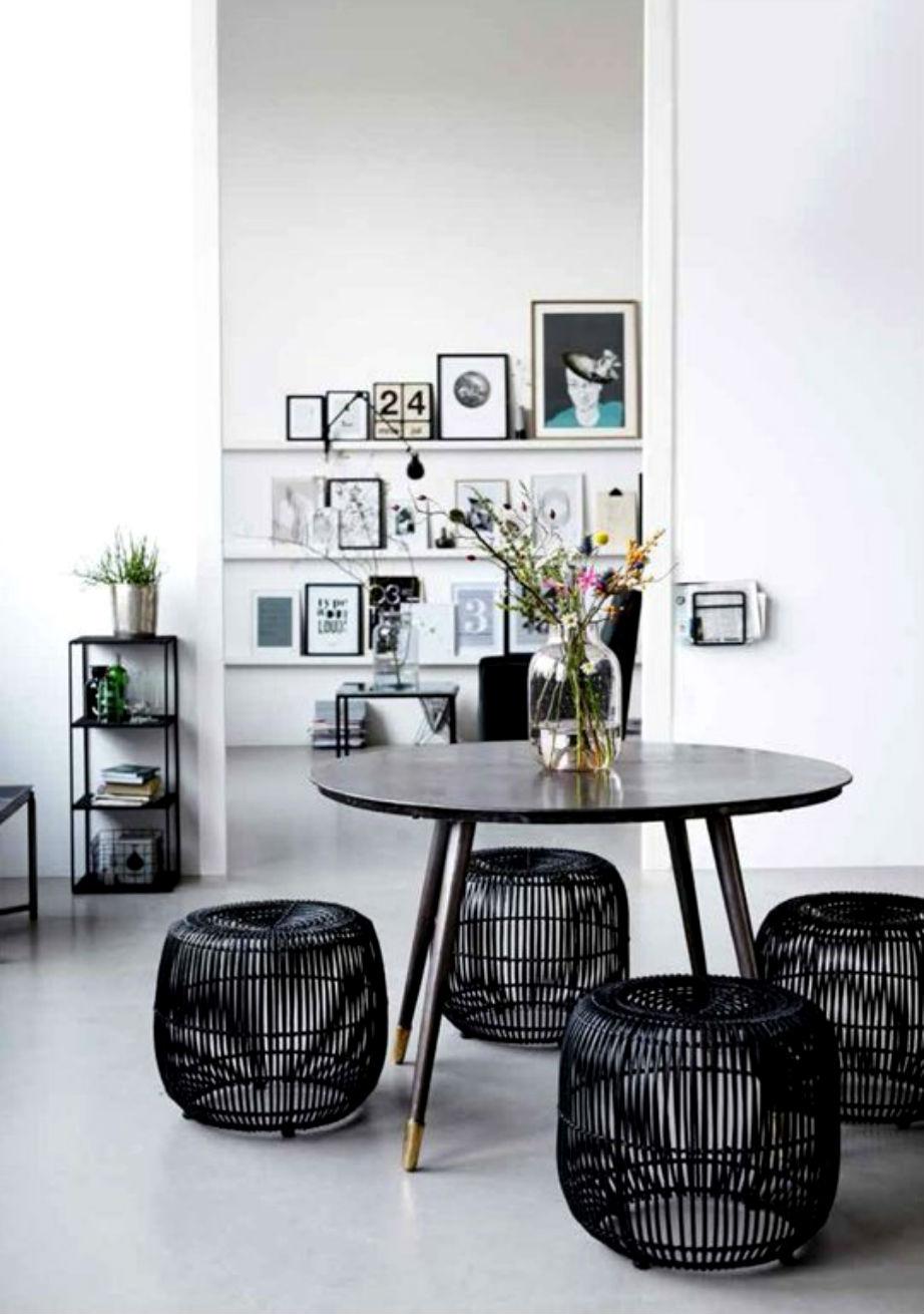 Τα σκαμπό και τα πουφ είναι σίγουρα πιο ξεχωριστά από τις απλές καρέκλες.