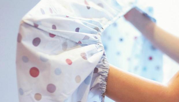 O πιο Έξυπνος Τρόπος για να Διπλώσετε το Σεντόνι με Λάστιχο (VIDEO)