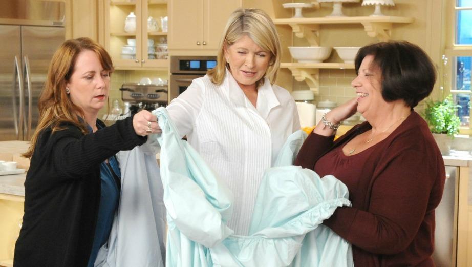 Αυτός είναι ο πιο έξυπνος τρόπος για να διπλώσετε τα σεντόνια με λάστιχο και τον δοκίμασε μέχρι και η Martha Stewart.