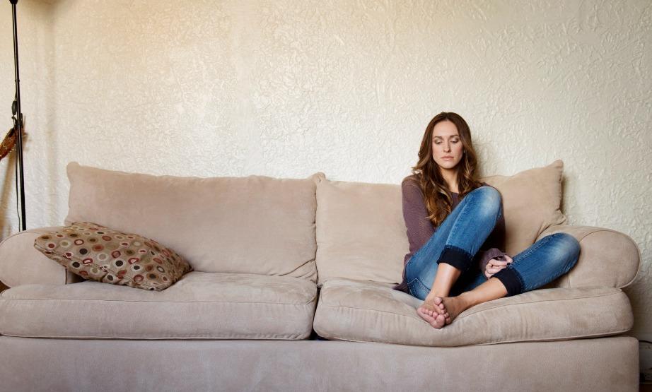 Κάθεστε αφηρημένοι στον καναπέ σκεπτόμενοι τα πιο άκυρα πράγματα.