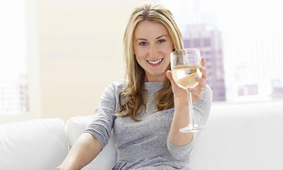 Πίνετε ένα ποτήρι κρασί πριν φτάσει το μεσημέρι.