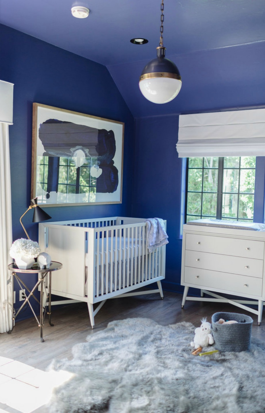 Οι τοίχοι βάφτηκαν σε ένα γλυκό γαλάζιο.