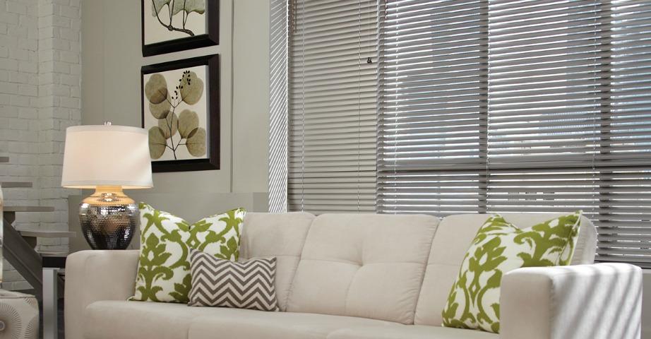 Αποφύγετε να βάλετε στόρια γιατί αυτά εμποδίζουν αρκετά το φυσικό φως από το να εισέλθει μέσα στο σπίτι σας.