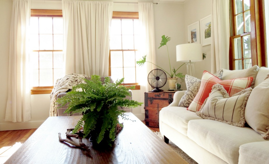 Βάψτε τους τοίχους σε ανοιχτόχρωμους τόνους και αφήστε τις κουρτίνες ανοιχτές. Τα ανοιχτά χρώματα αντανακλούν καλύτερα το φως.