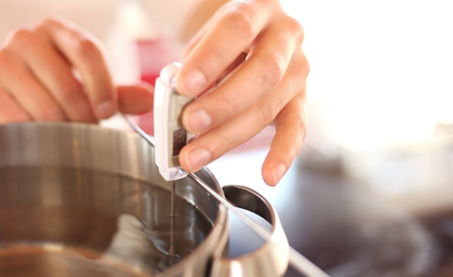 Προτιμήστε να ζεσταίνετε το φαγητό σας σε γυάλινα ή ανοξείδωτα σκεύη και μετρήστε τη θερμοκρασία του φαγητού για να διατηρείται στα σωστά επίπεδα.