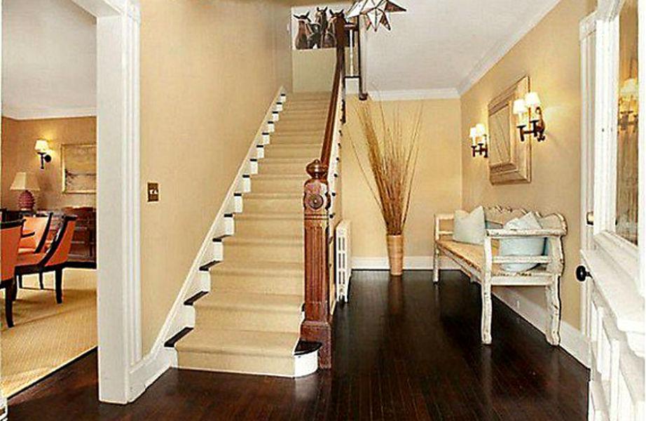 Η εντυπωσιακή είσοδος του σπιτιού.