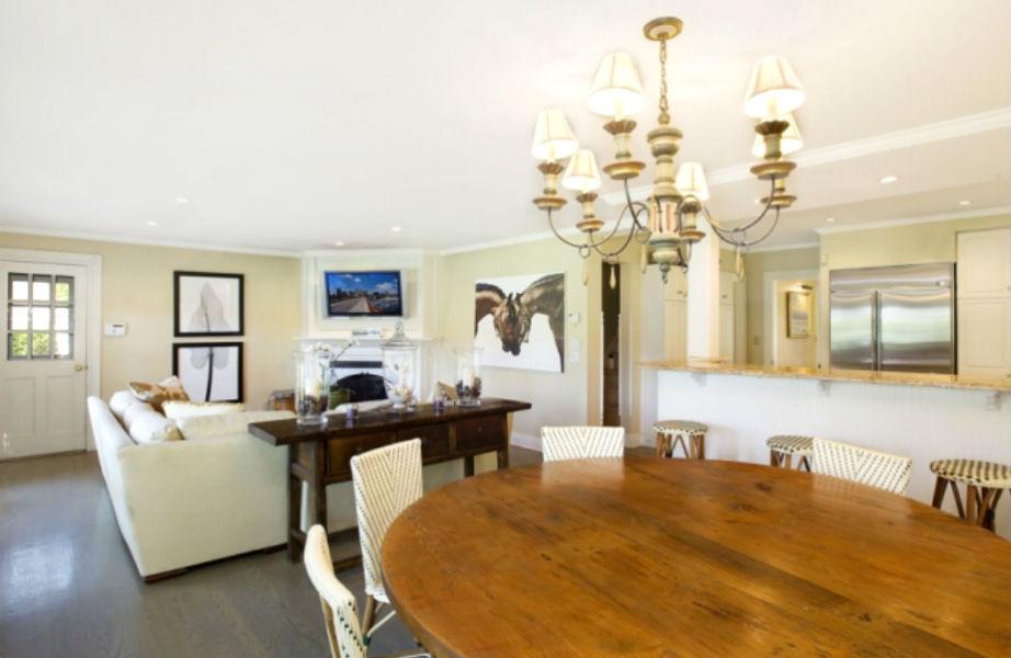 Η κουζίνα διαθέτει επίσης μίνι-τραπεζαρία και καθιστικό.
