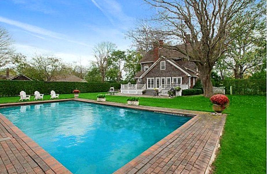 Η εντυπωσιακή πισίνα είναι παντός καιρού μιας και είναι θερμαινόμενη!