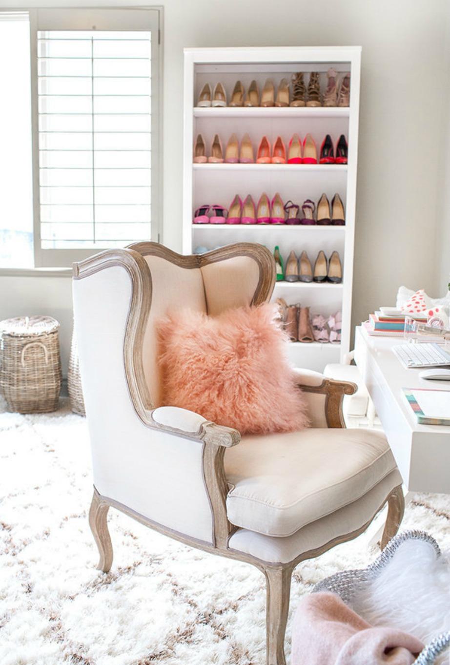 Το γραφείο είναι σε λευκό χρώμα και μπροστά ακριβώς η Christine έχει τοποθετήσει μια πανέμορφη πολυθρόνα.
