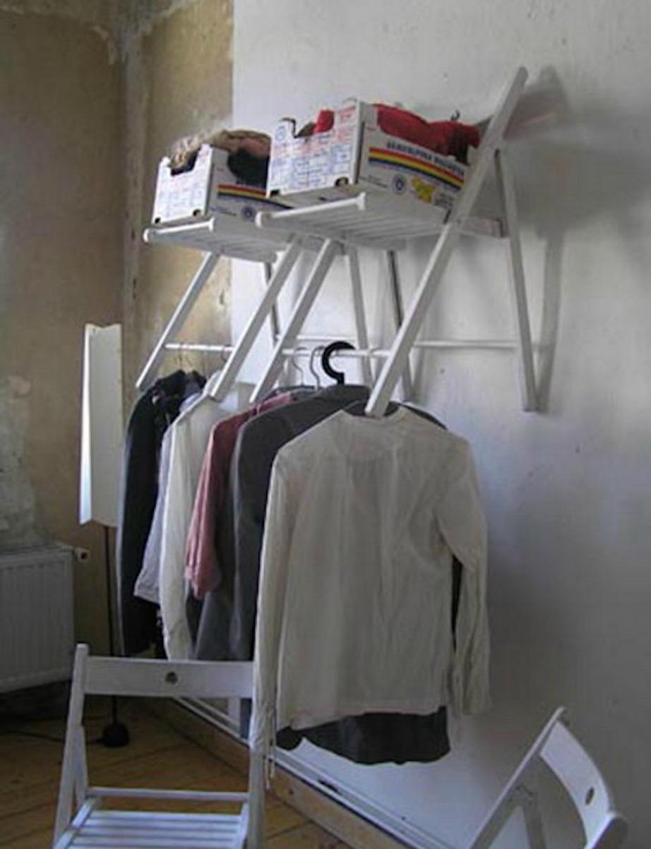 Καρφώστε την καρέκλα στον τοίχο.