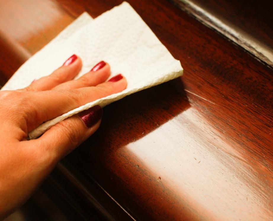 Προτιμήστε να ξεσκονίζετε υφασμάτινες επιφάνειες με στεγνά πανάκια και μην χρησιμοποιείτε ξύδι στις ξύλινες επιφάνειες.