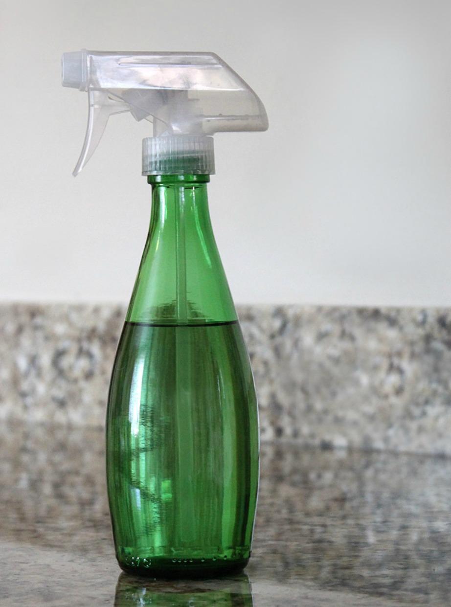 Για να φτιάξετε αυτό το θαυματουργό καθαριστικό θα χρειαστείτε χυμό λεμονιού, νερό και οξυζενέ.