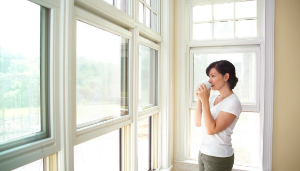 Δείτε αν Μπαίνει Κρύο από τα Κλειστά Παράθυρα του Σπιτιού σας με Αυτό το Κόλπο