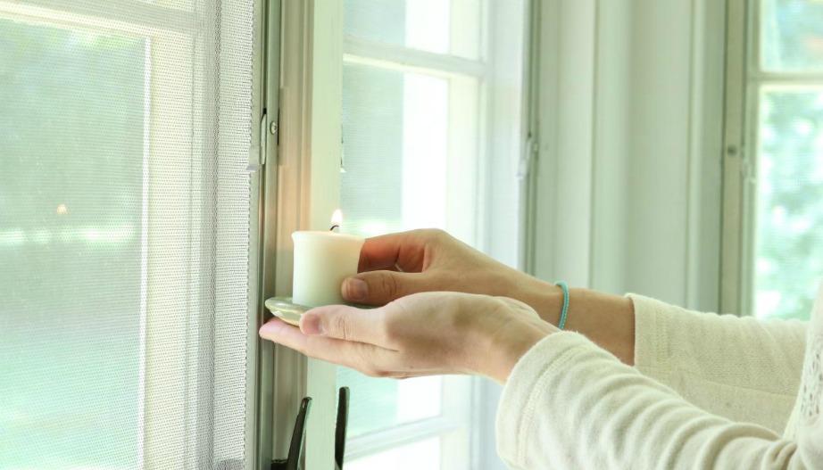 Βάλτε το κερί στις γωνίες των παραθύρων σας.