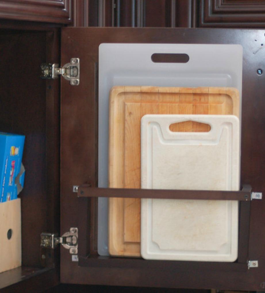 Τοποθετήστε τις πλάκες κοπής στο εσωτερικό των ντουλαπιών σας.