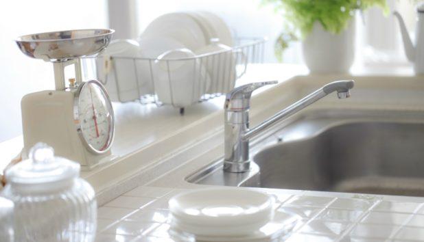 Καθαρίστε Όλη την Κουζίνα Μέσα σε Μόλις 20 Λεπτά