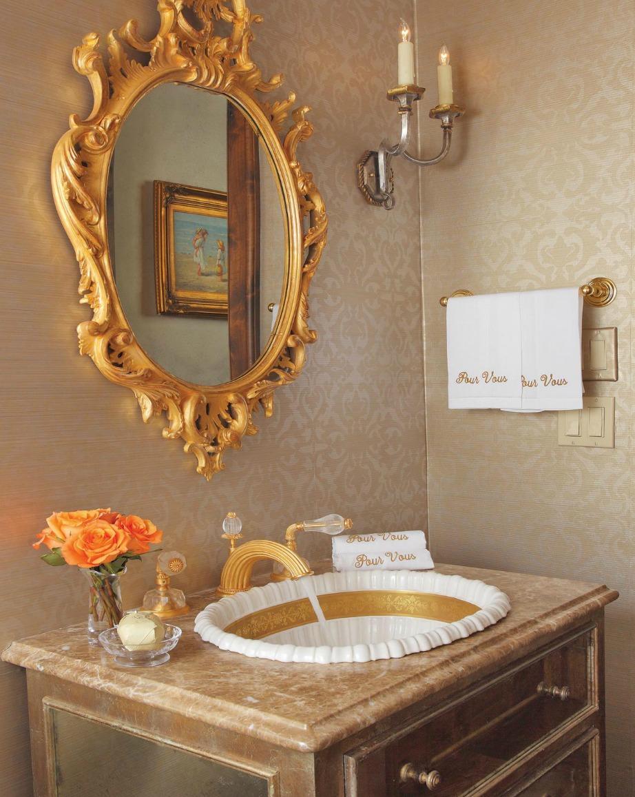 Βάψτε μπεζ τους τοίχους στο μπάνιο σας και διακοσμήστε με χρυσά διακοσμητικά.