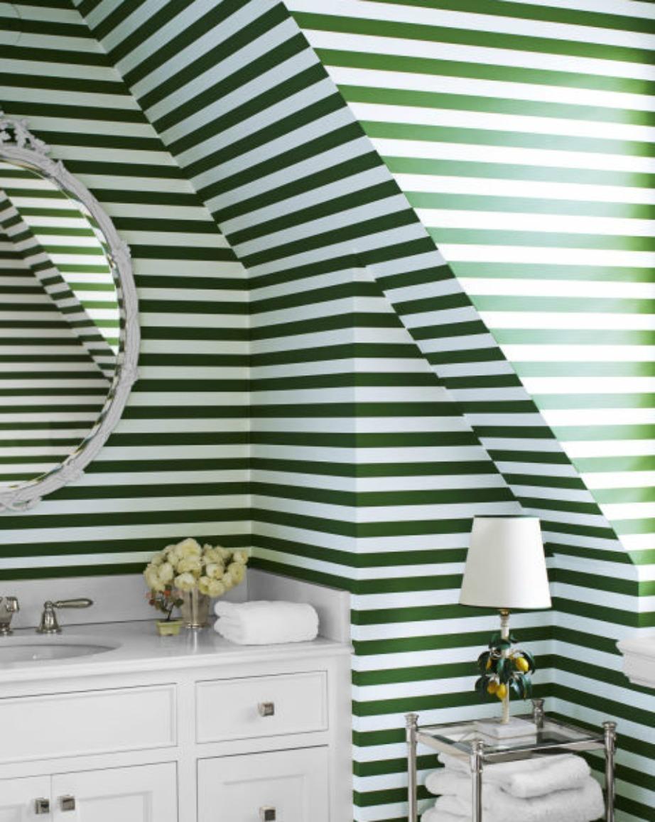 Οι ρίγες είναι ένα σχέδιο που ταιριάζει πολύ στη διακόσμηση του μπάνιου. Επιλέξτε ρίγες για έναν τοίχο και βάλτε στους άλλους τοίχους μια πιο ουδέτερη απόχρωση.