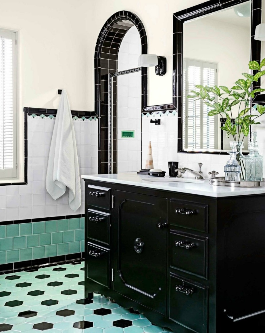Αν θέλετε το μπάνιο σας να δείχνει πιο vintage τότε επιλέξτε παλ αποχρώσεις για τους τοίχους και δώστε έμφαση στα έπιπλα.