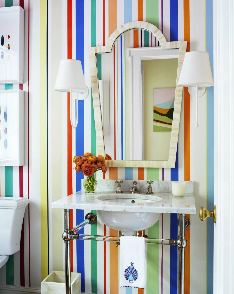 Οι πολύχρωμες ρίγες δίνουν πολύ στιλ στο μπάνιο.