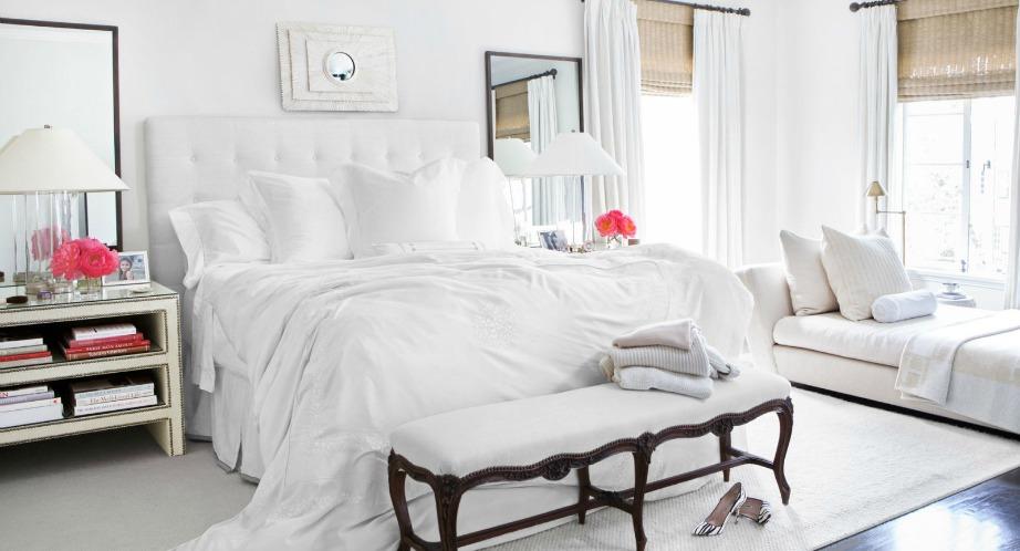 Σε ένα total white δωμάτιο, οι πινελιές από φούξια διακοσμητικά δείχνουν φανταστικά στον χώρο.