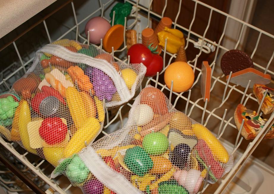 Πλύντε τα παιχνίδια στο πλυντήριο ρούχων ή πιάτων αφού πρώτα τα τοποθετήσετε σε ειδικές τσάντες.